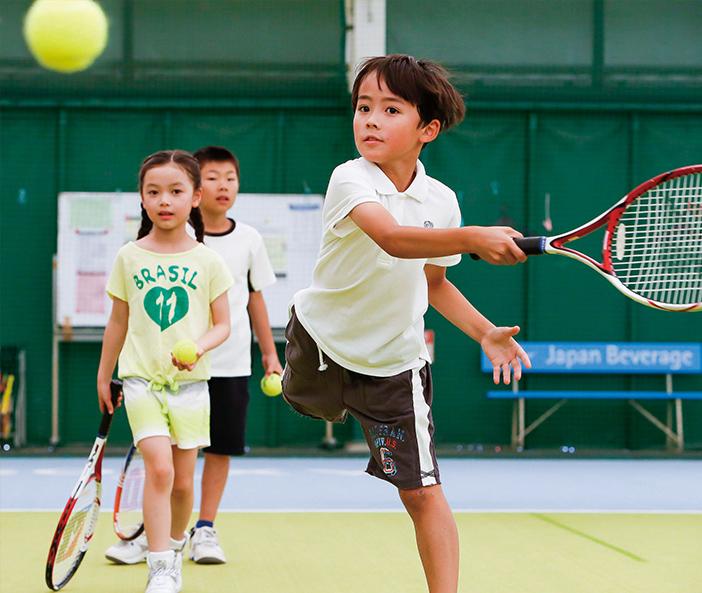テニスのレッスンをうけている子供たち