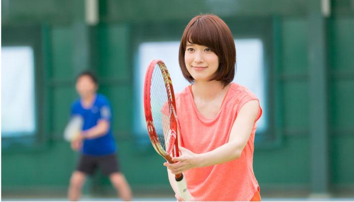 テニスラケットをかまえている女性